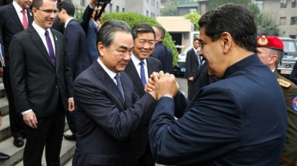 """En Chine, Maduro rend hommage au """"géant"""" Mao et décroche des accords"""