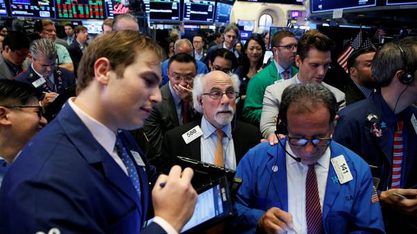 وول ستريت تغلق مستقرة مع تبديد الرسوم التجارية مكاسب القطاع المالي
