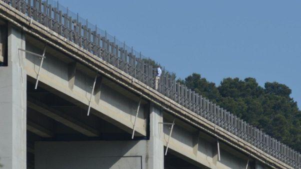 Distacco cemento cavalcavia A21 Piacenza
