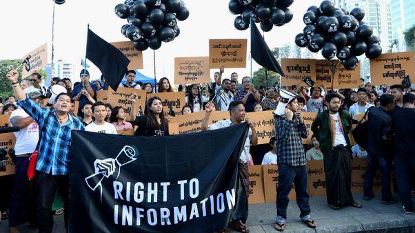 صحفيون وشبان يحتجون في ميانمار على سجن صحفيين من رويترز