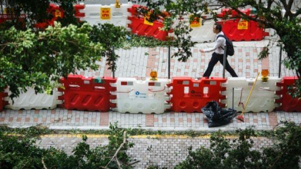 Après le typhon, le parcours d'obstacles des Hongkongais pour aller travailler