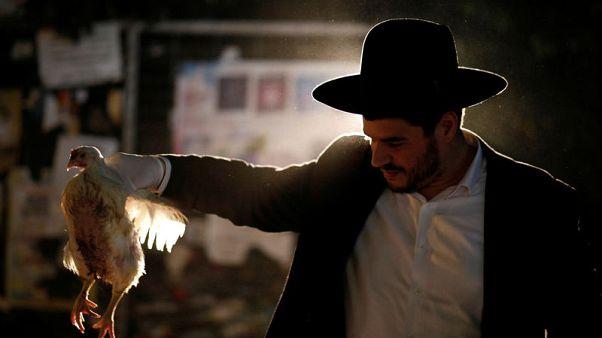 بالدجاج والمياه يتخلص اليهود المتشددون من ذنوبهم استعدادا ليوم الغفران