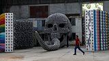 فنان تركي يصيغ الأساطير القديمة في أعمال من الجماجم وقرون الحيوانات
