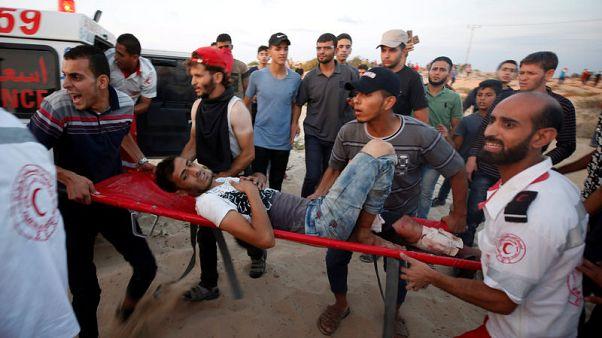 فلسطينيون يقولون إسرائيل أطلقت النار على محتجين في غزة وقتلت شخصين
