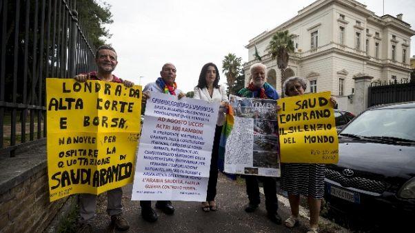 Sit-in ambasciata araba, stop bombe