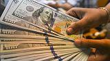 الدولار عالق قرب أقل مستوى في 7 أسابيع مع انحسار مخاوف حرب تجارية