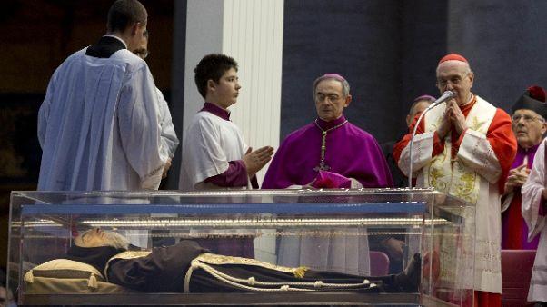 Crocifisso stimmate vicino a resti P.Pio