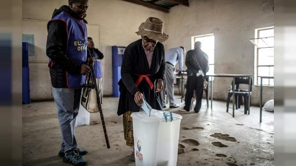 Une habitante du eSwatini vote le 21 septembre 2018 à Lobamba Lomdzala.
