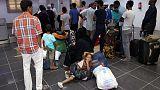 مسافرون ينتظرون في صفوف طويلة بمطار مصراته بعد إغلاق مطار طرابلس بسبب القتال