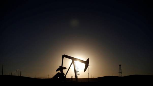 أسعار النفط تغلق على ارتفاع طفيف في تعاملات متقلبة قبل اجتماع لأوبك