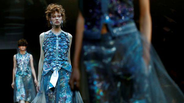 جورجيو أرماني يرسم مجموعة أزياء جديدة بالفضي والألوان الفاتحة