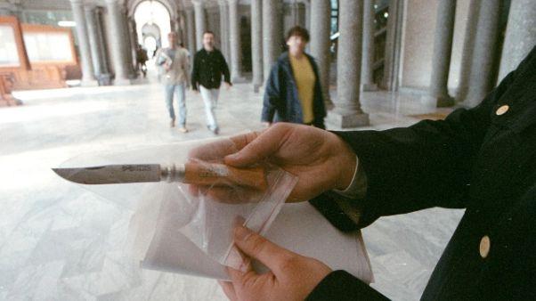 Con coltello in chiesa minaccia i fedeli