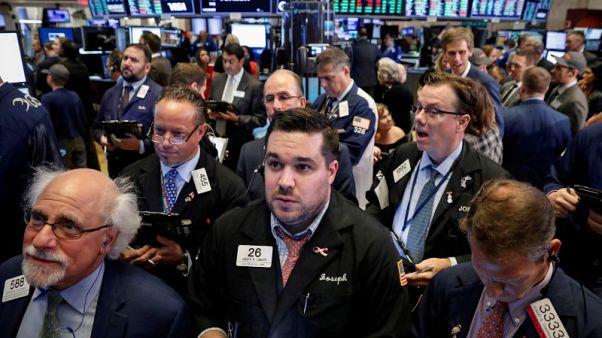 وول ستريت تفتح منخفضة بفعل مخاوف التجارة وخسائر التكنولوجيا