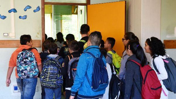 A scuola plafoniera colpisce testa bimbo