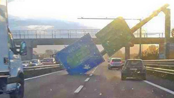 Forte vento,cade cartello su carreggiata