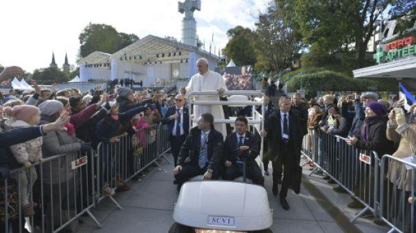 """Estonie : aux portes de la Russie, le pape dénonce """"la menace des armes"""""""