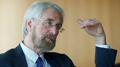 ECB's Praet sees mounting growth risks but not too worried