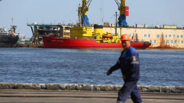 Un employé marche dans le port ukrainien de Marioupol le 14 août 2018