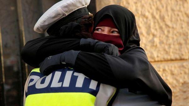شرطة الدنمرك تحقق مع شرطية احتضنت محتجة منتقبة