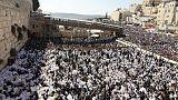 عشرات الآلاف من اليهود يشاركون في طقوس دينية عند حائط المبكى بالقدس