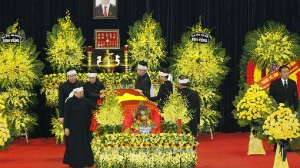 """Vietnam: procession grandiose autour du cercueil du président mort d'un """"virus rare"""""""