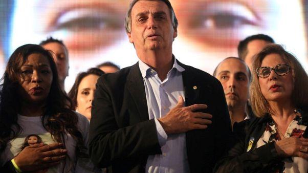 المرشح الرئاسي البرازيلي بولسونارو يغادر المستشفى وسط احتجاجات