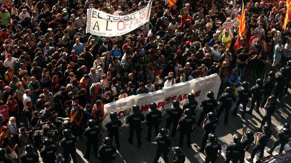 الشرطة تشتبك مع انفصاليين قطالونيين قبيل ذكرى استفتاء الاستقلال