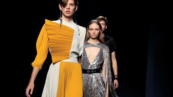 جيفنشي تقدم الثنيات الناعمة وملابس السهرة الفضية البراقة في أسبوع باريس للموضة