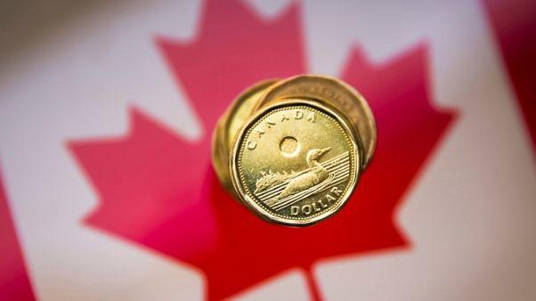 الدولار الكندي يقفز بعد اتفاق تجارة واليورو يعاني