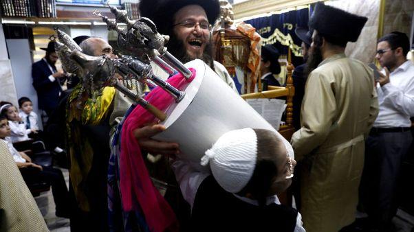 اليهود الأرثوذكس يحتفلون بعيد بهجة التوراة في القدس