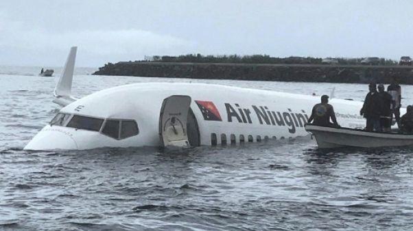Crash dans un lagon en Micronésie: un corps extrait de l'avion
