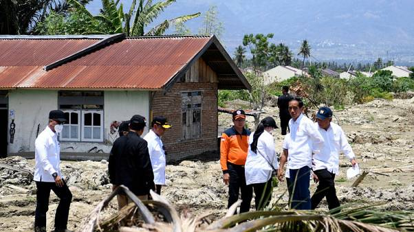 الرئيس الإندونيسي يقوم بزيارة ثانية لسولاويسي التي ضربها زلزال