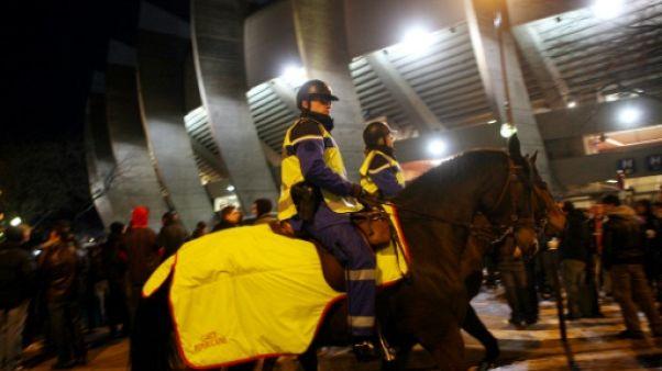 Police montée aux abords du Parc des Princes avant un match PSG-OM, en 2010