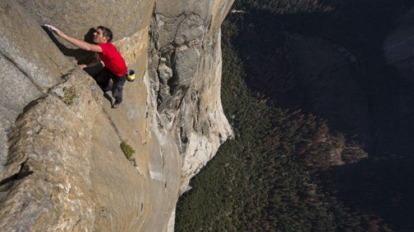 La prouesse du grimpeur à mains nues Alex Honnold racontée dans un docu