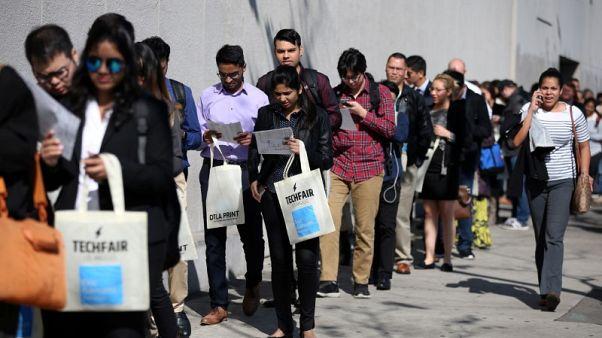 طلبات إعانة البطالة الأمريكية تقترب من أدنى مستوى في 49 عاما