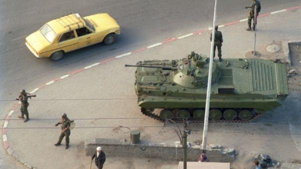 Un char de l'armée algérienne dans les rues d'Alger, le 12 octobre 1988.