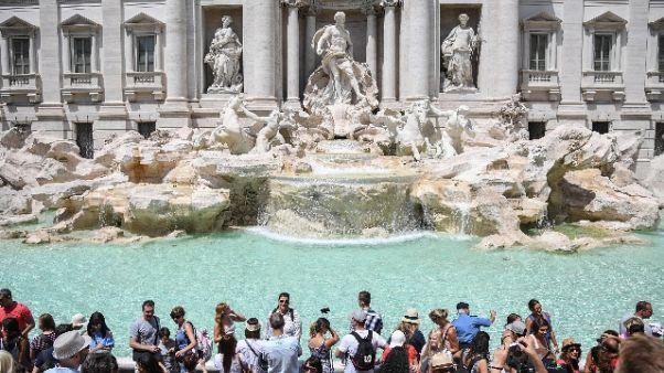 Tenta incidere nome su Fontana di Trevi