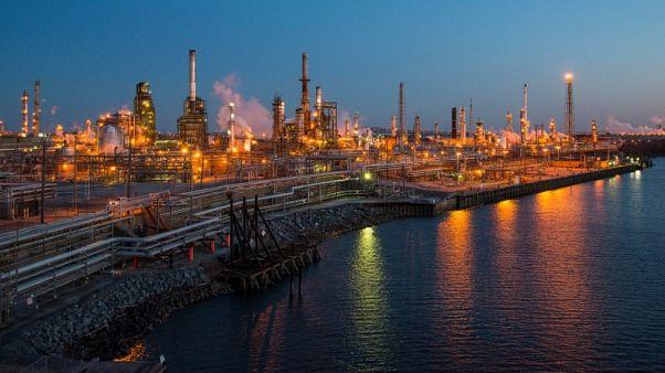 أسعار النفط تنهي الأسبوع على مكاسب قبل شهر من سريان عقوبات إيران