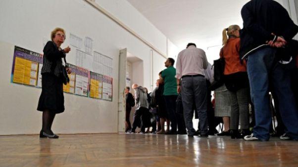 Des électeurs dans un bureau de vote à Sarajevo le 7 octobre 2018