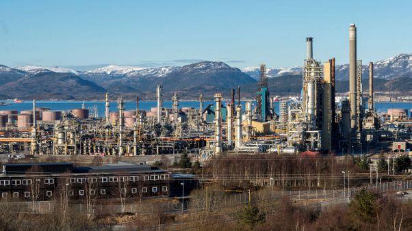 النفط ينخفض لكنه يبتعد عن مستوى متدن وسط آمال بزيادة الطلب