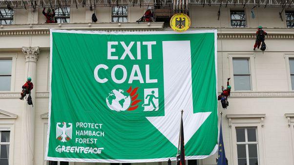 ناشطون من السلام الأخضر يتسلقون مبنى السفارة الألمانية في لندن