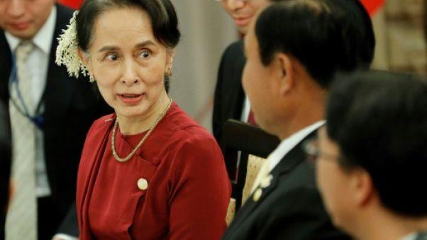 """Rohingyas: Suu Kyi promet la """"transparence"""" et cherche des investisseurs"""