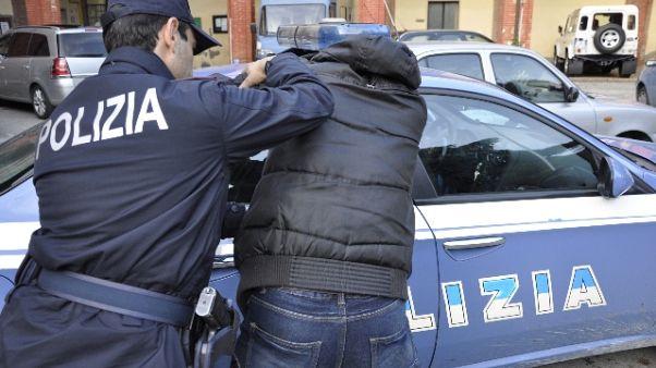 Le chiede passaggio e l'abusa, arrestato