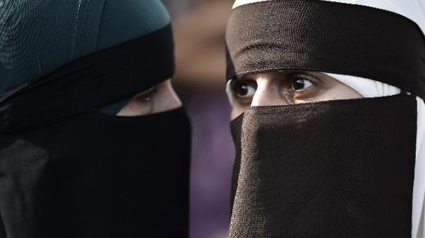 Trino, multa per chi indossa burqa