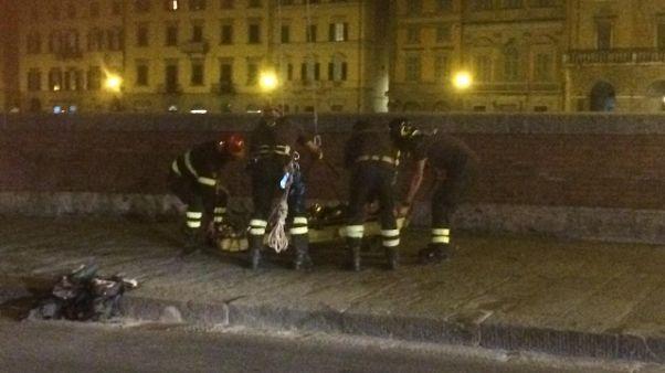 Cade in Arno a Pisa mentre fa selfie
