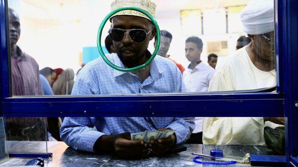 الجنيه السوداني يتراجع في السوق السوداء بعد خفض قيمته