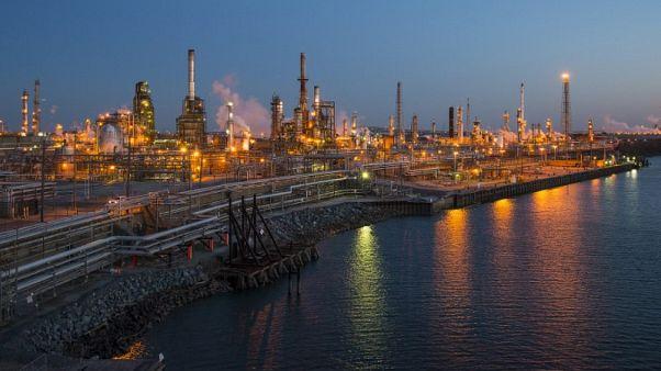 أسعار النفط تهبط 2% مع تراجع بورصة وول ستريت