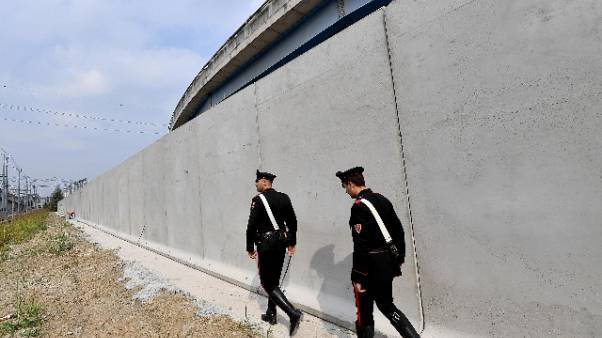 Muro contro spaccio droga Rogoredo