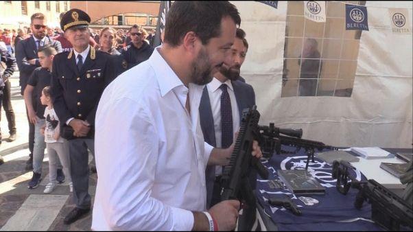 Salvini imbraccia il mitra a festa Nocs