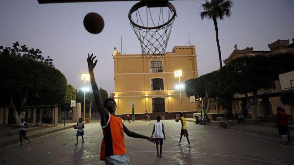 لاجئون من السودان وجنوب السودان يتحدون في ملعب لكرة السلة